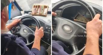 Водій київської маршрутки дивиться ютуб під час руху: відео моменту