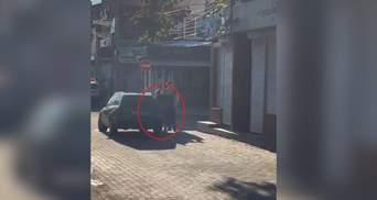 Обокрал и потащил по асфальту: в Измаиле дерзко ограбили женщину – видео инцидента