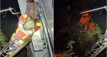 Зацепился за кондиционер: в Запорожье мужчина выпал из окна и чудом спасся
