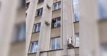 Мужчина угрожал прыгнуть с Одесского облсовета и называл коммунистом депутата ОПЗЖ