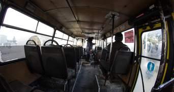 Забитая людьми маршрутка выехала на встречку и парализовала движение: видео инцидента в Киеве
