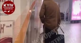 Из-за отсутствия доступа к туалетам: в центре Киева мужчина помочился на станции метро