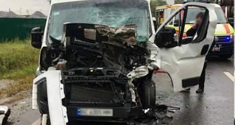 На трассе Львов – Самбор микроавтобус влетел в грузовик: спасатели вырезали водителя из салона