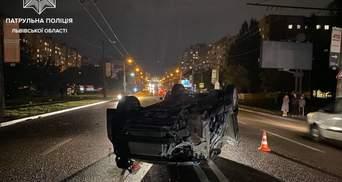 Во Львове водитель Honda врезался в электроопору и перевернулся на крышу: жуткое видео