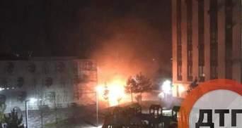 Под Киевом в новом ЖК неизвестный во второй раз поджег машины, сгорели 5 автомобилей