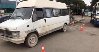 На львівській автостанції мікроавтобус заднім ходом збив жінку