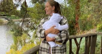 Катя Осадча показала, як в гримерці годує сина грудьми