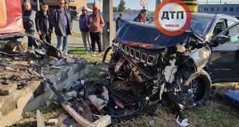 У Києві власник Jeep знепритомнів за кермом та на швидкості влетів у стелу АЗС: жахливе відео