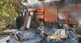 Спалахнув столярний цех у Харкові: фото з місця масштабної пожежі