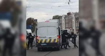 Прострелили окна и положили на землю: на дороге в Харькове сняли жесткое задержание