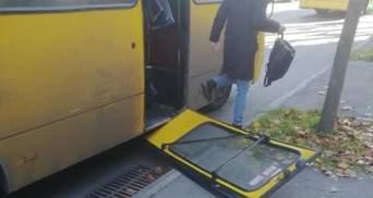 У київській маршрутці двері випали на зупинку: фото небезпечного інциденту