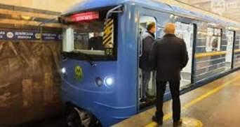 """На метро """"Теремки"""" зупиняли рух через кровотечу в пасажира"""