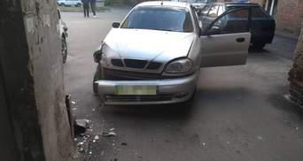 Таксист загадочно умер за рулем: в Харькове неуправляемое авто с пассажиром влетело в стену