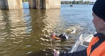Впав з Південного мосту: у Києві врятували чоловіка, який ледь не потонув у Дніпрі