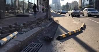 На Бессарабке в Киеве водители сломали заградительные борта велодорожек