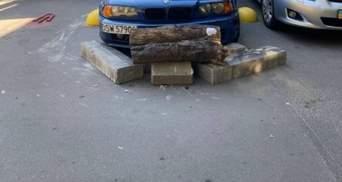 """Война за парковку: в киевском дворе BMW """"замуровали"""" бетонными блоками"""