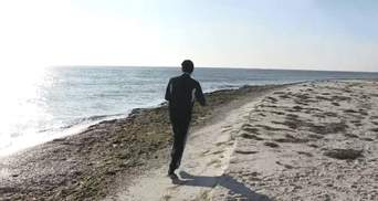 Национальный рекорд: полицейский пробежал вдоль крупнейшего в Украине острова Джарылгач