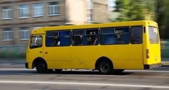 Неизвестные несколько раз выстрелили в маршрутку в Киеве: пострадал водитель