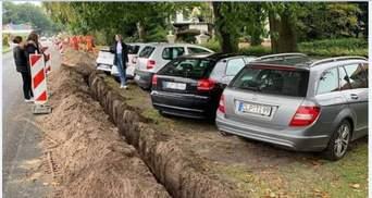 """Карма настигла: в Польше коммунальщики отрезали хитрых """"героев парковки"""" от дороги подкопом"""
