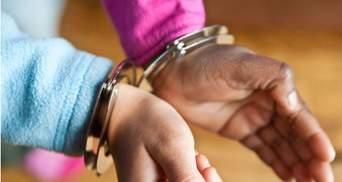 На Гавайях задержали и надели наручники на 10-летнюю школьницу за карикатуру на другого ученика