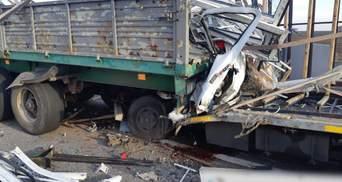На Харьковщине фура влетела в припаркованный грузовик: один из водителей погиб