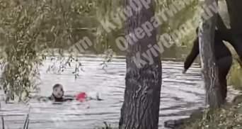 Перехожий кинувся в озеро у Києві й урятував дитину: героїчний вчинок потрапив на відео