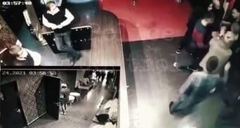 ДСРівець поліції побив чоловіка в харківському клубі: оприлюднили відео бійки