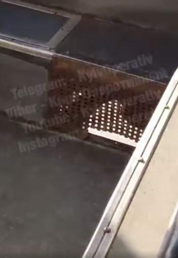 Тролейбус 27 у Києві їздить з дірками у підлозі, пасажири зняли відео