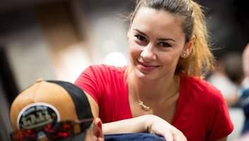 Девушка, которая дарит наслаждение топовым покеристам мира
