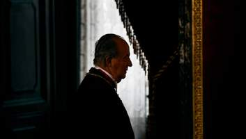 История из Испании: почему короля-освободителя провожают как диктатора