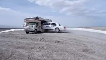 Пролетел сквозь трейлер: блогеры выполнили сумасшедший трюк на лимузине – видео