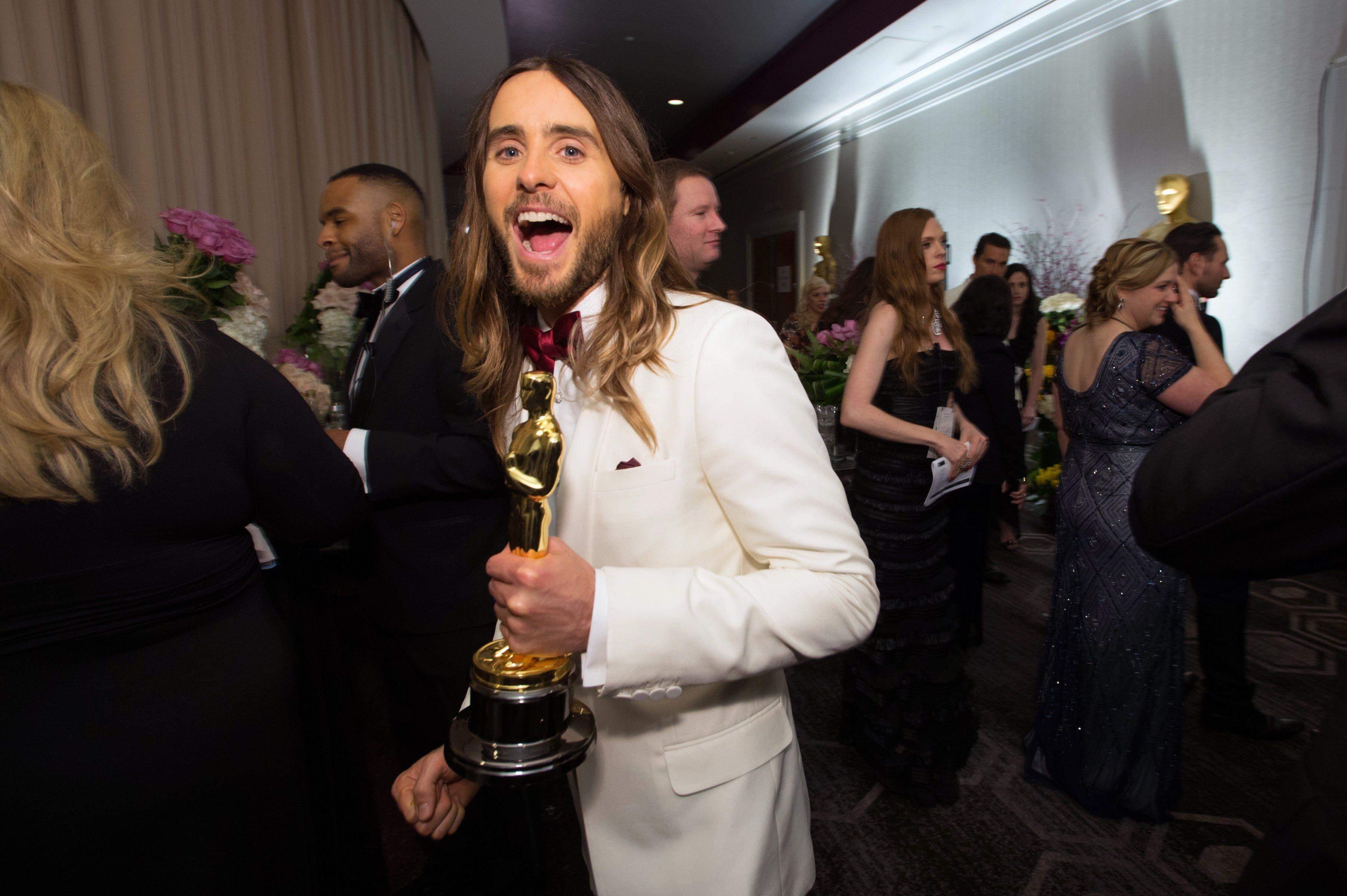 Джаред Лето зі своєю статуеткою Оскар