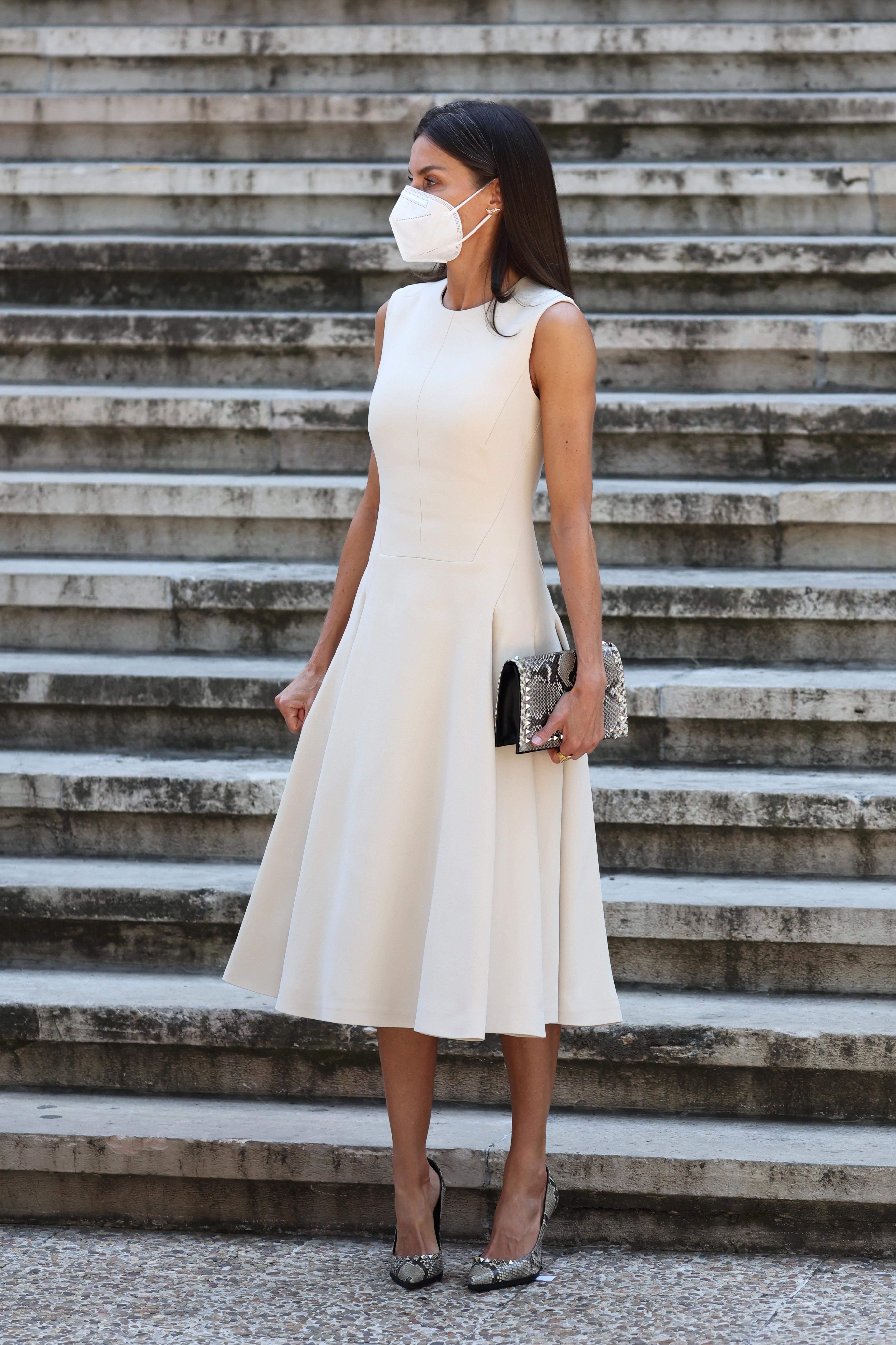 Королева Летиція у молочній сукні