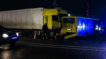 Вантажівка в'їхала у 6 машин під Києвом: серед потерпілих – дитина