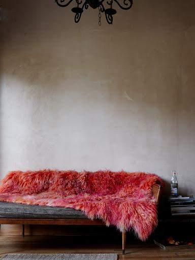 Искусственный мех добавляет невероятного уюта комнате
