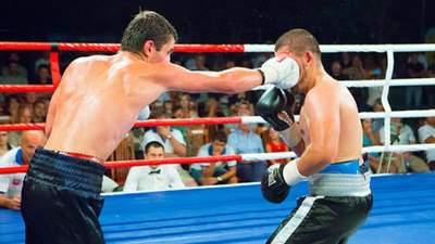 Боксеру надоело сражаться руками, поэтому он решил вырубить соперника ногой: видео