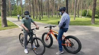 Зеленський зібрав журналістів покататися на велосипедах: про що говорили