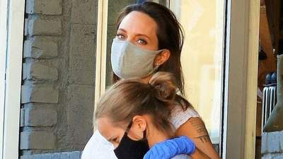 В летнем платье, защитной маске и перчатках: Анджелина Джоли отправилась на шопинг в Лос-Анджеле