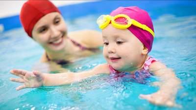 Як навчити дитину плавати та чого робити не можна: важливі поради для батьків