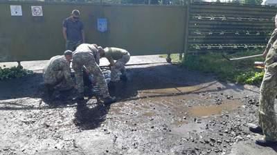 Військові вигрібали воду з калюж перед візитом Зеленського до Луцька: фото, відео