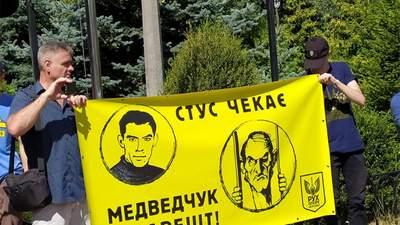 Медведчук проти Стуса: суд знову розглядає позов кума Путіна, під будівлею акція протесту