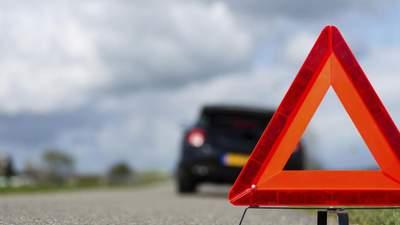 На Львівщині автомобіль збив пішохода та з'їхав у річку: водієві стало зле за кермом