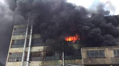 Крупный пожар произошел в Черновцах: огонь охватил почти 2 тысячи квадратных метров – видео