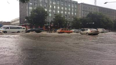 Автівки пливуть дорогами: Запоріжжя та Харків накрила потужна злива – моторошні відео