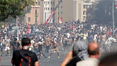 """""""Забирайтесь, убивці"""": в Бейруті люди захоплюють урядові будівлі, армія відкрила вогонь – відео"""