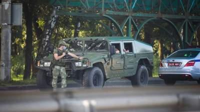Колони бронемашин: Лукашенко продовжує стягувати до Мінська військову техніку – відео, фото