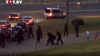 В Минске люди избили Омоновцев: силовики применили светошумовые гранаты – видео