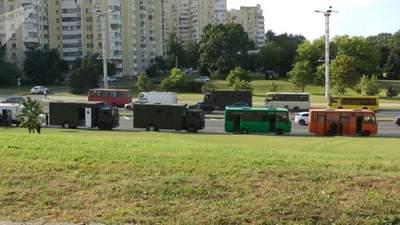 Хватают средь бела дня: ОМОН снова задерживает людей в центре Минска – видео