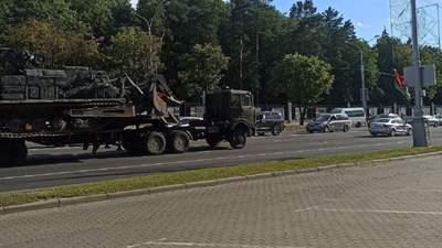 На вулиці Мінська знову стягують важку військову техніку: фото та відео