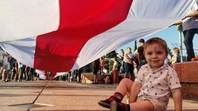 С цветами и песнями: в Беларуси люди снова вышли на акции – события 14 августа